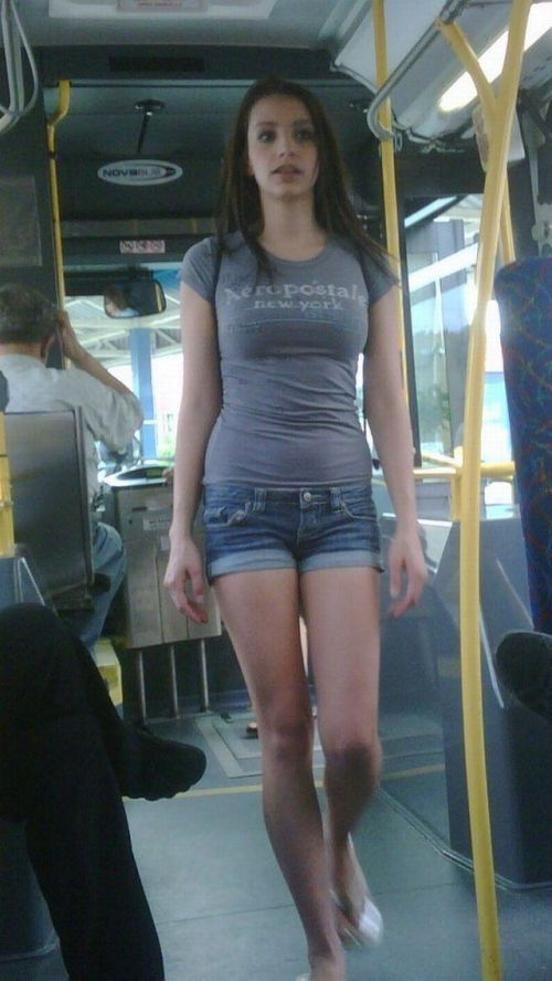 バスの車内で無防備に胸チラしてる女の子を盗撮したエロ画像 54枚 No.35