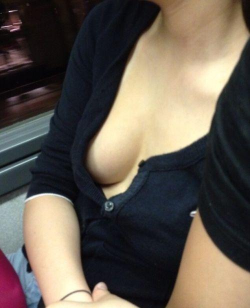 バスの車内で無防備に胸チラしてる女の子を盗撮したエロ画像 54枚 No.41
