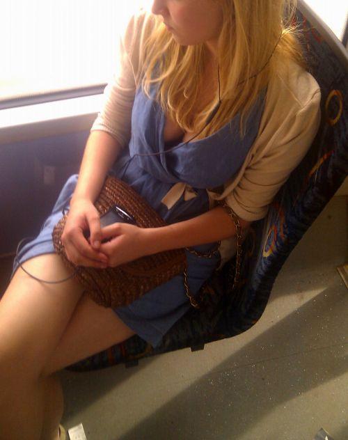 バスの車内で無防備に胸チラしてる女の子を盗撮したエロ画像 54枚 No.42