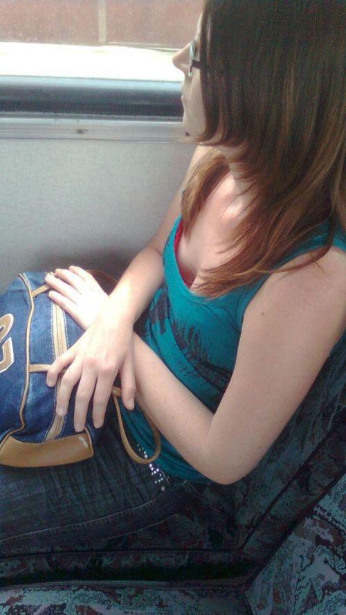 バスの車内で無防備に胸チラしてる女の子を盗撮したエロ画像 54枚 No.44