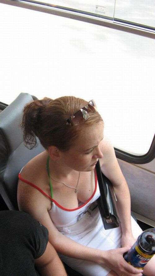 バスの車内で無防備に胸チラしてる女の子を盗撮したエロ画像 54枚 No.50