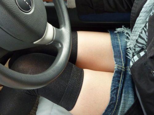 車内の助手席でデニムのミニスカから見える太ももを盗撮したエロ画像 31枚 No.1