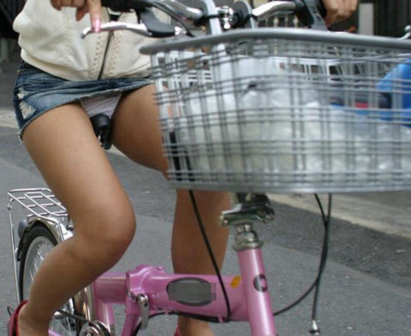 自転車に乗るデニムを履いたミニスカGALのパンツ丸見ええろ写真 40枚