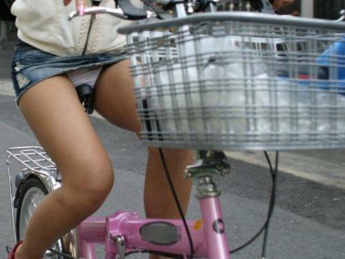 自転車に乗るデニムのミニスカギャルのパンチラエロ画像 40枚 No.1
