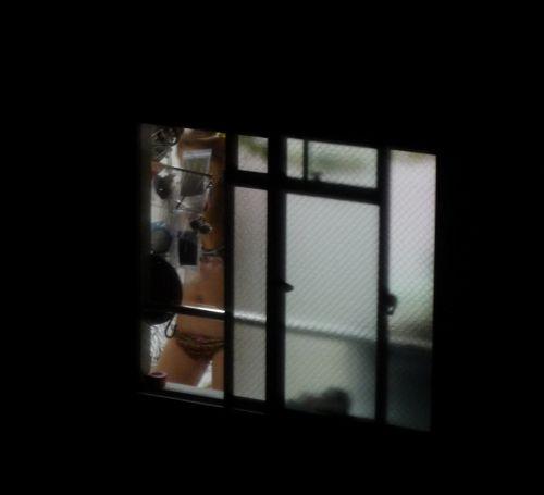 窓の外から民家内でエッチな下着姿の女の子を盗撮したエロ画像 32枚 No.2