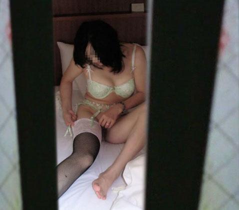 窓の外から民家内でエッチな下着姿の女の子を盗撮したエロ画像 32枚 No.24