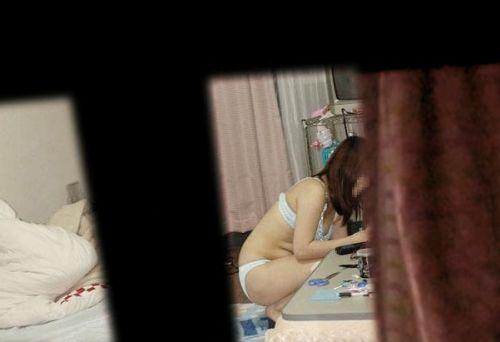 窓の外から民家内でエッチな下着姿の女の子を盗撮したエロ画像 32枚 No.25