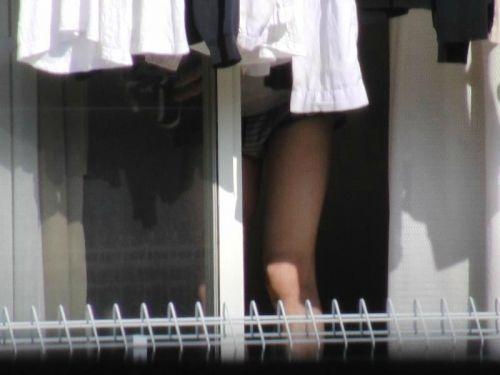 窓の外から民家内でエッチな下着姿の女の子を盗撮したエロ画像 32枚 No.32
