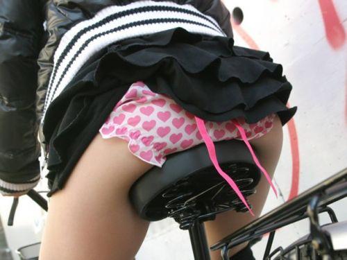 ギャルがミニスカで自転車に乗ったらパンチラ全開なエロ画像 43枚 No.1