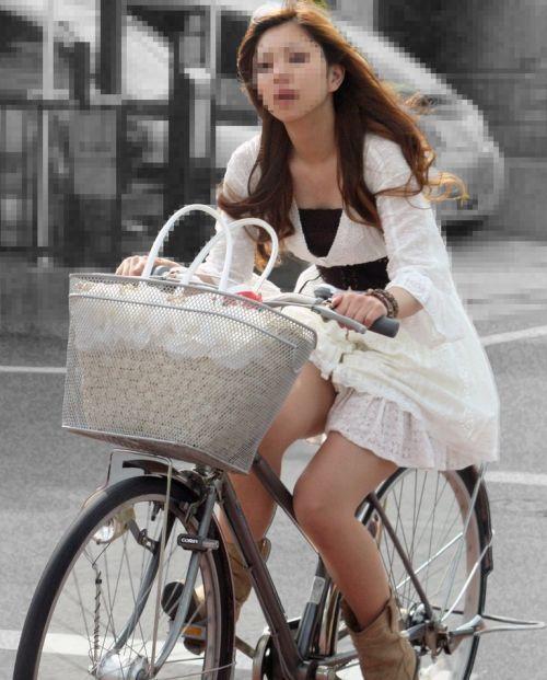 ギャルがミニスカで自転車に乗ったらパンチラ全開なエロ画像 43枚 No.7