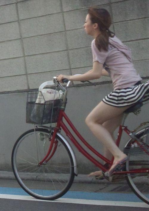 ギャルがミニスカで自転車に乗ったらパンチラ全開なエロ画像 43枚 No.10