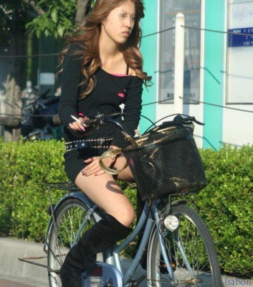 ギャルがミニスカで自転車に乗ったらパンチラ全開なエロ画像 43枚 No.13