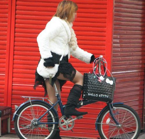 ギャルがミニスカで自転車に乗ったらパンチラ全開なエロ画像 43枚 No.18