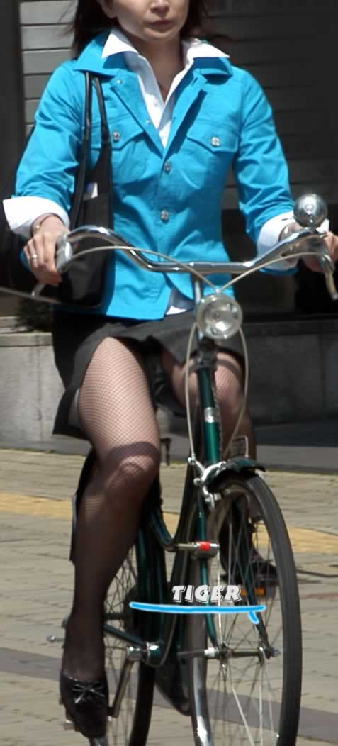 ギャルがミニスカで自転車に乗ったらパンチラ全開なエロ画像 43枚 No.19