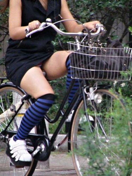 ギャルがミニスカで自転車に乗ったらパンチラ全開なエロ画像 43枚 No.22