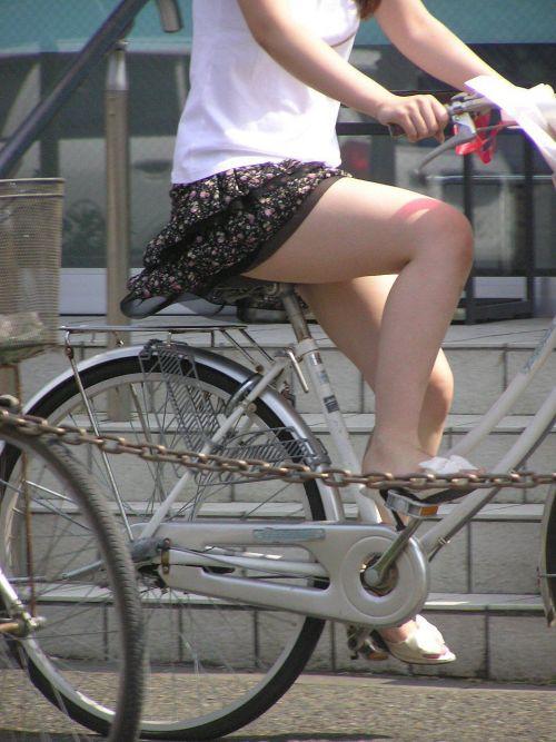 ギャルがミニスカで自転車に乗ったらパンチラ全開なエロ画像 43枚 No.27