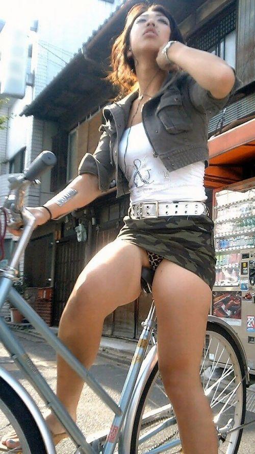 ギャルがミニスカで自転車に乗ったらパンチラ全開なエロ画像 43枚 No.32