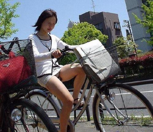ギャルがミニスカで自転車に乗ったらパンチラ全開なエロ画像 43枚 No.35