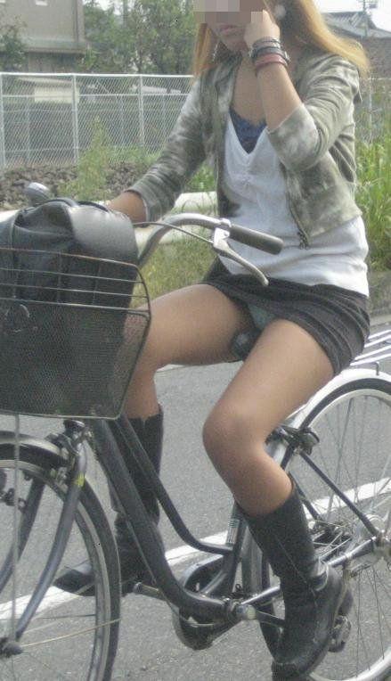 ギャルがミニスカで自転車に乗ったらパンチラ全開なエロ画像 43枚 No.38