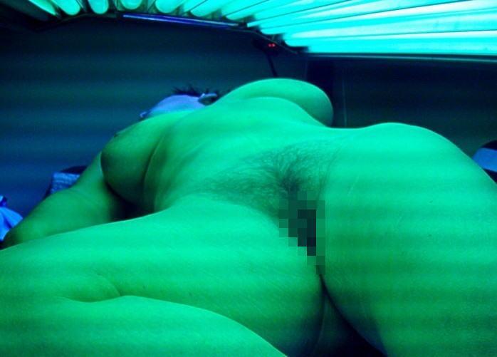 日焼けマシン内で裸になってる外国人を秘密撮影したえろ写真 42枚