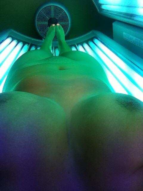 日焼けマシン内で全裸になってる外国人を盗撮したエロ画像 42枚 No.23