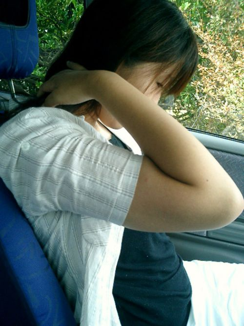 自動車の中で隣に座ってる女の子の胸の谷間を盗撮したエロ画像 47枚 No.29
