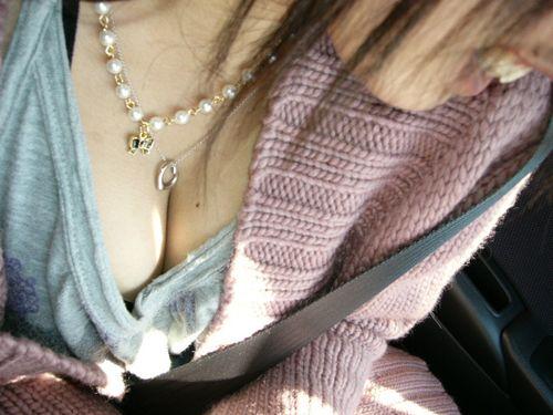 自動車の中で隣に座ってる女の子の胸の谷間を盗撮したエロ画像 47枚 No.40