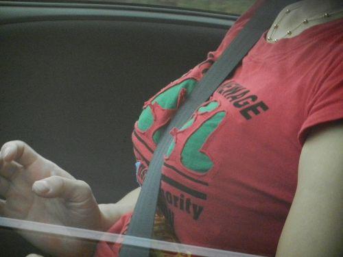 自動車の中で隣に座ってる女の子の胸の谷間を盗撮したエロ画像 47枚 No.42