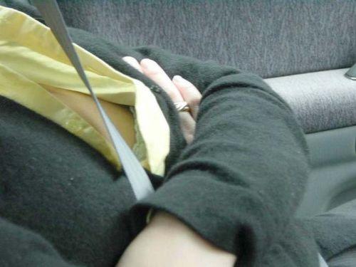 自動車の中で隣に座ってる女の子の胸の谷間を盗撮したエロ画像 47枚 No.46