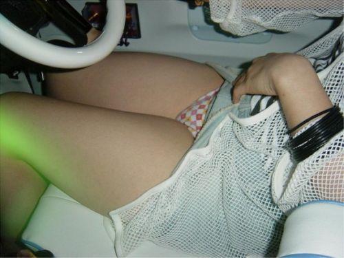 自動車の横でパンティ見えちゃってる女の子を盗撮したエロ画像 41枚 No.9