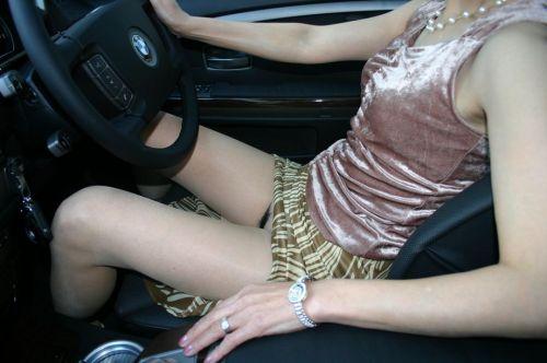 自動車の横でパンティ見えちゃってる女の子を盗撮したエロ画像 41枚 No.28