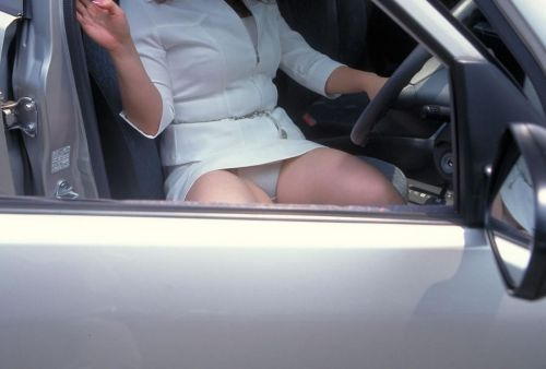 自動車の横でパンティ見えちゃってる女の子を盗撮したエロ画像 41枚 No.31