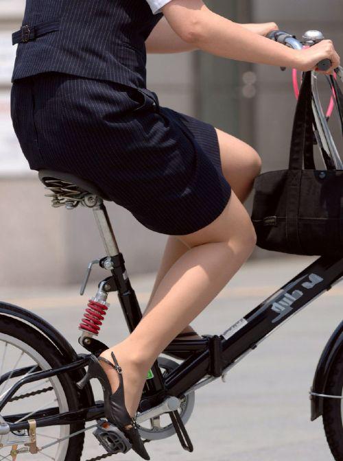 自転車通勤するタイトスカートなOLさんの股間を盗撮したパンチラエロ画像 34枚 No.2