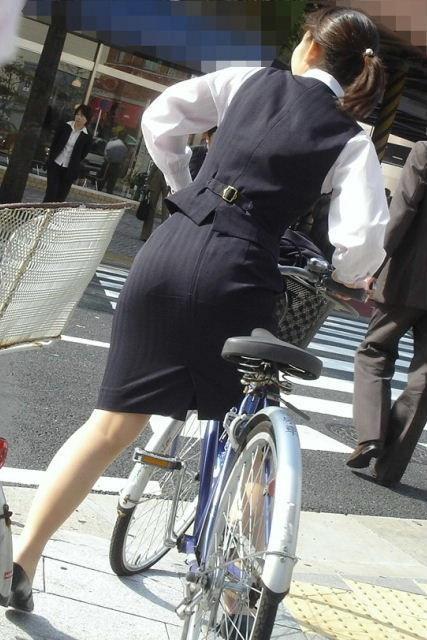 自転車通勤するタイトスカートなOLさんの股間を盗撮したパンチラエロ画像 34枚 No.4