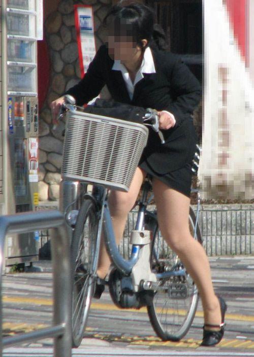 自転車通勤するタイトスカートなOLさんの股間を盗撮したパンチラエロ画像 34枚 No.5