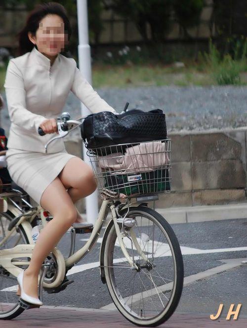 自転車通勤するタイトスカートなOLさんの股間を盗撮したパンチラエロ画像 34枚 No.6