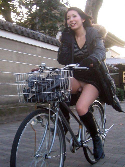 自転車通勤するタイトスカートなOLさんの股間を盗撮したパンチラエロ画像 34枚 No.9