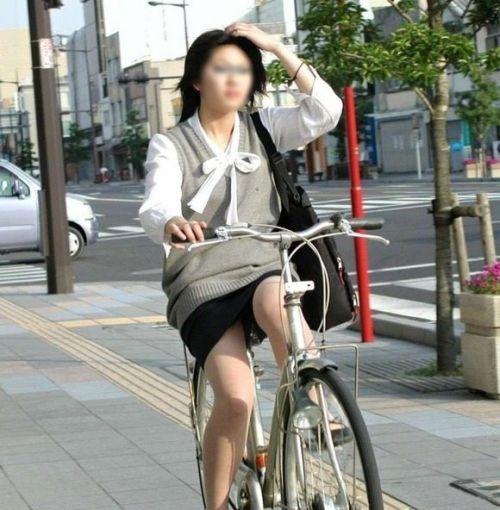 自転車通勤するタイトスカートなOLさんの股間を盗撮したパンチラエロ画像 34枚 No.10