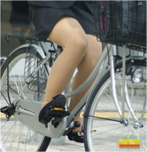 自転車通勤するタイトスカートなOLさんの股間を盗撮したパンチラエロ画像 34枚 No.11