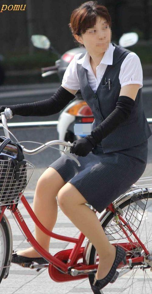自転車通勤するタイトスカートなOLさんの股間を盗撮したパンチラエロ画像 34枚 No.12