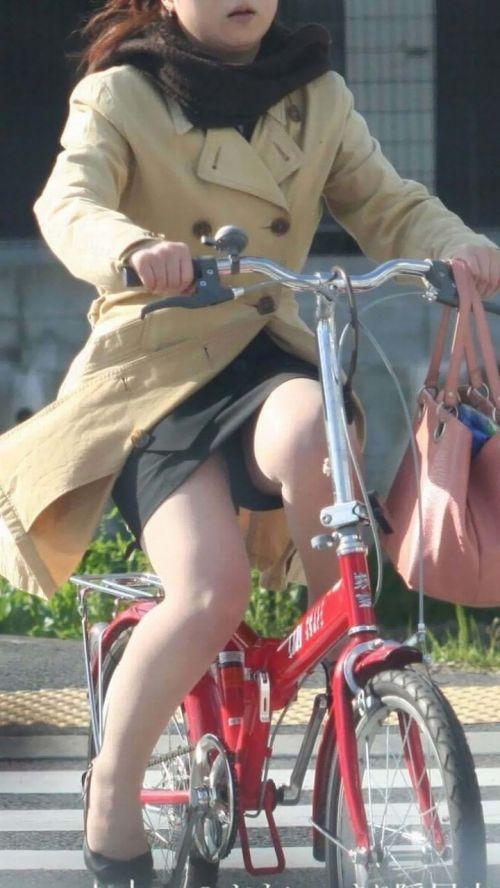 自転車通勤するタイトスカートなOLさんの股間を盗撮したパンチラエロ画像 34枚 No.13