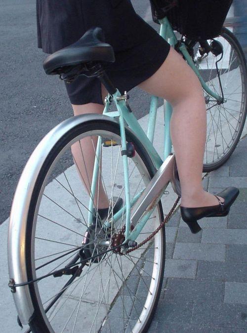 自転車通勤するタイトスカートなOLさんの股間を盗撮したパンチラエロ画像 34枚 No.14