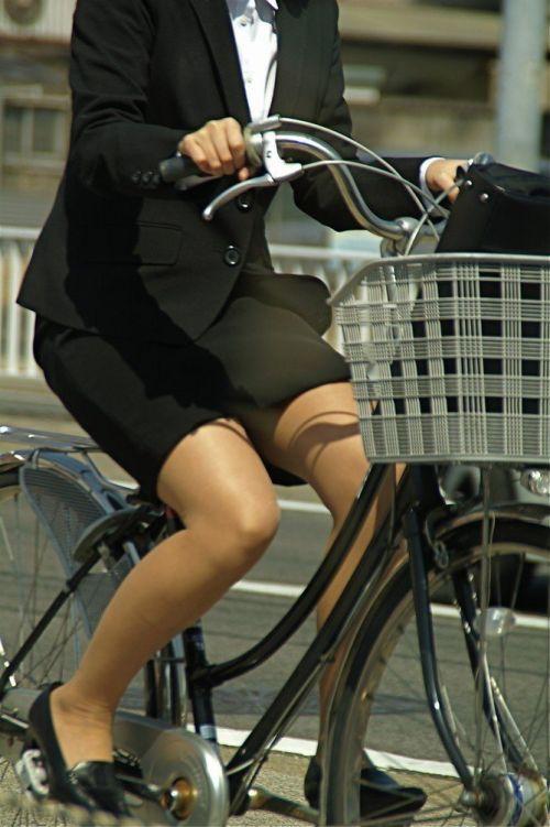 自転車通勤するタイトスカートなOLさんの股間を盗撮したパンチラエロ画像 34枚 No.16