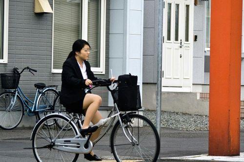自転車通勤するタイトスカートなOLさんの股間を盗撮したパンチラエロ画像 34枚 No.17