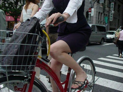 自転車通勤するタイトスカートなOLさんの股間を盗撮したパンチラエロ画像 34枚 No.18