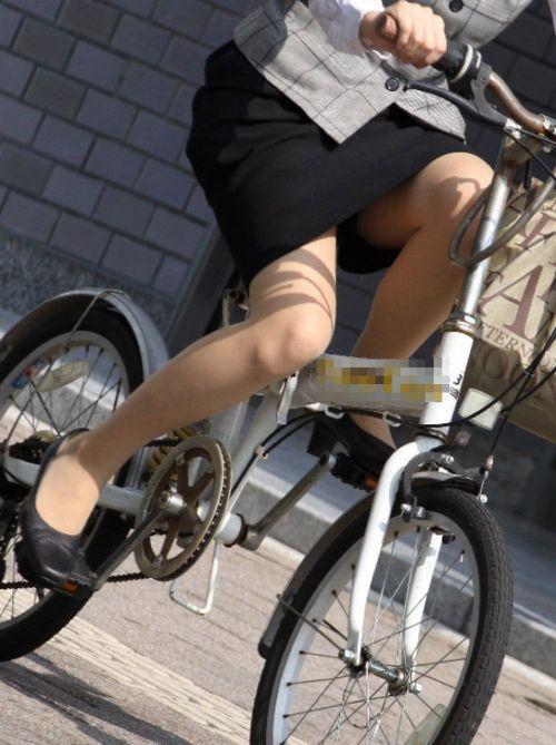 自転車通勤するタイトスカートなOLさんの股間を盗撮したパンチラエロ画像 34枚 No.19
