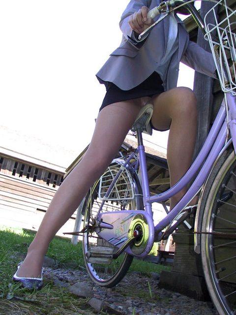 自転車通勤するタイトスカートなOLさんの股間を盗撮したパンチラエロ画像 34枚 No.20