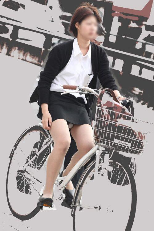 自転車通勤するタイトスカートなOLさんの股間を盗撮したパンチラエロ画像 34枚 No.21