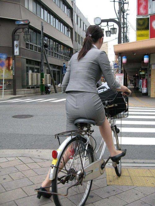 自転車通勤するタイトスカートなOLさんの股間を盗撮したパンチラエロ画像 34枚 No.22