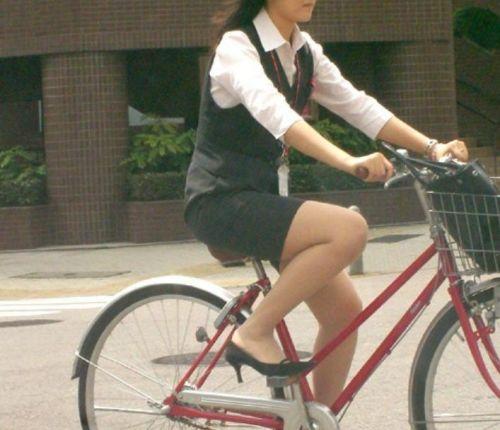 自転車通勤するタイトスカートなOLさんの股間を盗撮したパンチラエロ画像 34枚 No.23